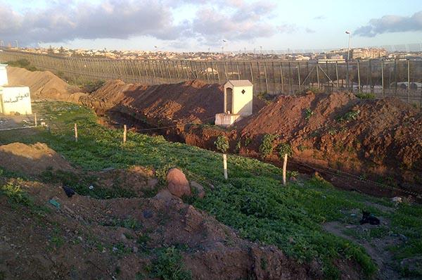 Verbotenes Foto: die Zäune bei Bni Ansar, die die spanische Exklave in Marokko abschirmen.
