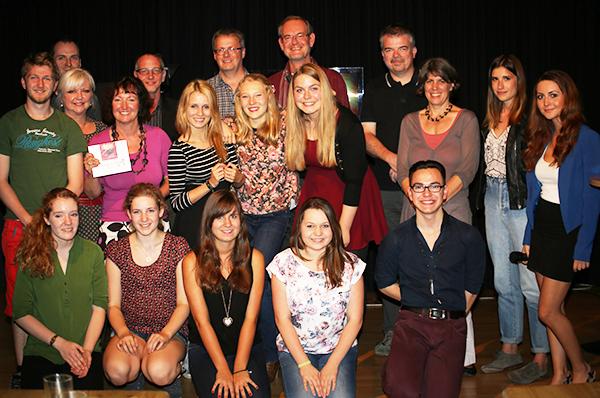 Der achte Jahrgang des Jugendmedientrainings News4u mit den Dozentinnen und Dozenten.