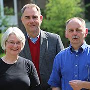 Ulrike Sandner und Thomas Franke (r.) von der Arbeitsstelle Auslandsfreiwilligendienste mit Kirchenrat Dr. Stefan Drubel.