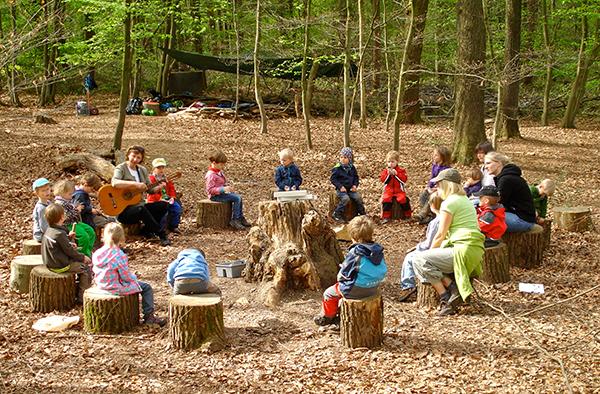Die Waldgruppe des evangelischen Kindergartens Gruiten ist bei Wind und Wetter draußen.