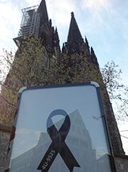 Trauerschleifen statt Werbebotschaften vor dem Kölner Dom, in dem der Opfer des Germanwings-Absturzes gedacht wird. Foto ekir.de / neu