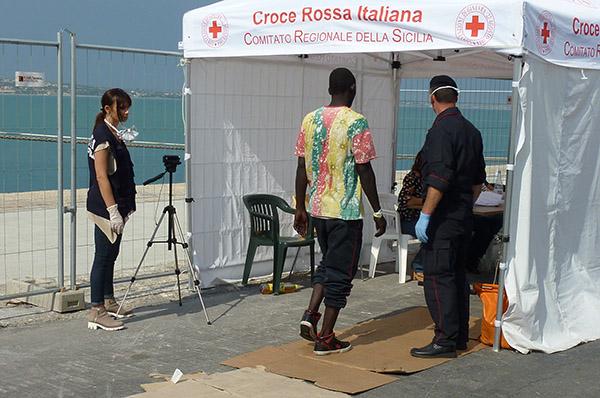 Die ersten Schritte an Land: Ein Flüchtling ist im sizilianischen Hafen Pozzallo angekommen und muss zum Erstgespräch und Gesundheits-Check.