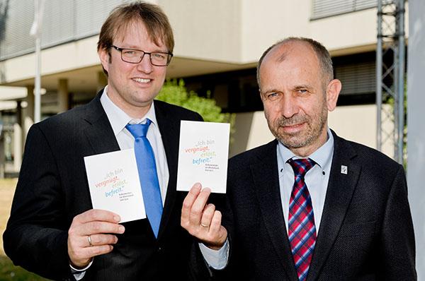 Präses Manfred Rekowski und Projektleiter Martin Engels (l.) mit dem Slogan zum Jubiläum 500 Jahre Reformation.