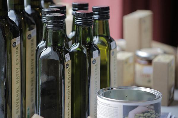 'Bonhoeffer wahrmachen': Produkte aus Palästina auf dem Verkaufstisch beim Netzwerktreffen in Bonn.