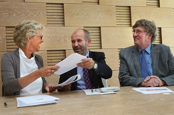 Bei der Unterzeichnung der Kooperation: Christiane Schönefeld von der Bundesagentur für Arbeit / NRW, Präses Manfred Rekowski und Nikolaus Immer von der Diakonie RWL (r.).