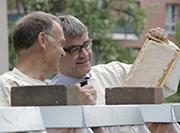 Das Projekt dient dem Naturschutz, machten Imker Spiekermann und Vizepräsident Weusmann deutlich.
