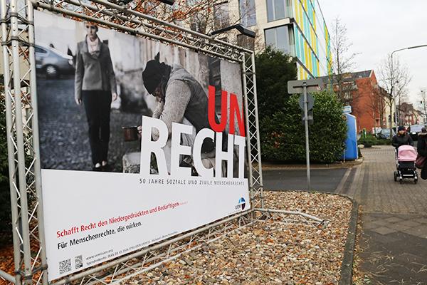 Auch vor dem Landeskirchenamt hängt das Plakat der neuen VEM-Menschenrechtsaktion.