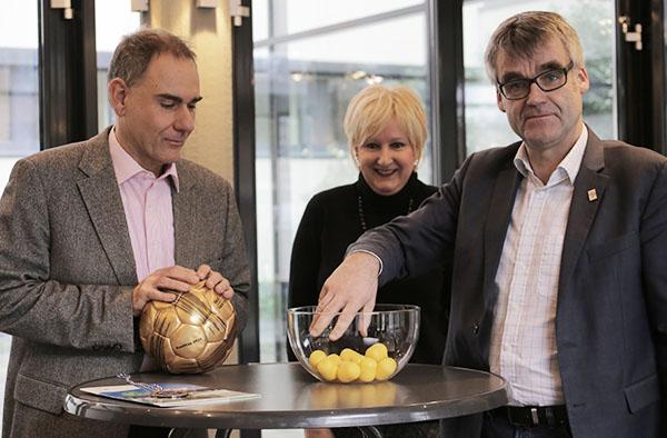 Vizepräsident Dr. Johann Weusman (r.) mit Kirchenrat Dr. Stefan Drubel und Kirchenrechtsdirektorin Elke Wieja bei der Auslosung zum EKD-KonfiCup-Finale.
