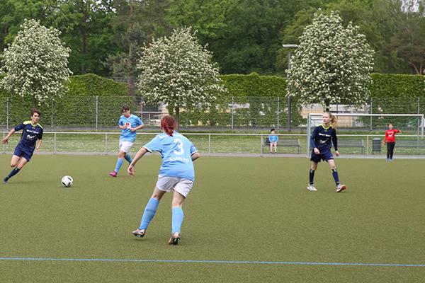 Im Vorfeld des DFB-Damenpokals wurde in Köln das EKD-Konficup-Finale ausgetragen - für die rheinische Kirche startete in Dunkelblau das Team aus Wuppertal-Ronsdorf.