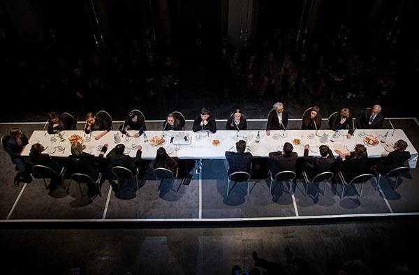 Tischgemeinschaft in der Kölner Trinitatiskirche: Profis und Laien führten gemeinsam szenisch die Bach-Kantate 'Ich habe genug' auf.