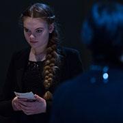 """Das Mädchen im Licht, die Seniorin im Dunklen: eine Szene aus dem Mehrgenerationen-Projekt """"Ich habe genug""""."""