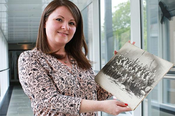 Archivmitarbeiterin Tatjana Klein mit der Aufnahme aus der Zeit um 1900.