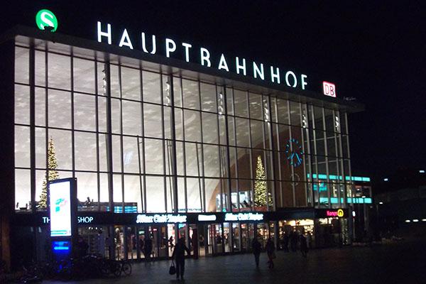 An diesem Morgen fast menschenleer: Am und im Kölner Hauptbahnhof war es in der Silvesternacht zu Übergriffen vor allem auf Frauen gekommen.