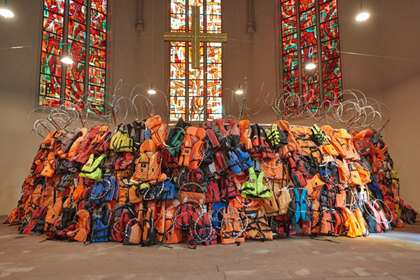 "Blick in die Ausstellung ""A Wall of Life Jackets and Their Stories"" in der Johanneskirche in Saarbrücken."