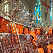"Die andere Seite der ""Wall of Life Jackets and Their Stories"" in der Saarbrücker Johanneskirche."