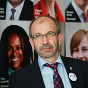 Präses Manfred Rekowski präsentiert die Mitmachaktion