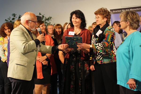 Anerkennung durch den Julius-Rumpf-Preis: Den Preis übergab Propst i.R. Michael Karg (vorn v.l.) stellvertretend Bettina Twrsnick und Heidi Stiewink.