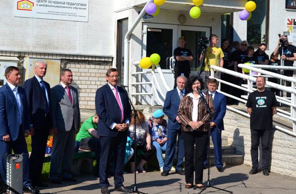 Feier am Heilpädagogischen Zentrum in Pskow: Oberkirchenrat Eberl mit Gouverneur Tschurtschak, Stadtpräsident Zezerski, HPZ-Direktor Zarjow sowie Vertretern des Bildungsministeriums.