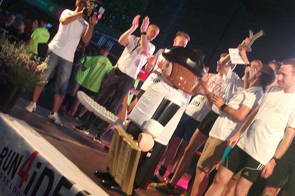 Luther bei der Siegerehrung: Aus dem Lauftteam Landeskirchenamt kommen die Gewinner der Teamwertung Männer.