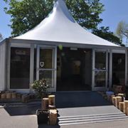 Die Ausstellung ist in eine Pagoden-Zelt untergebracht.