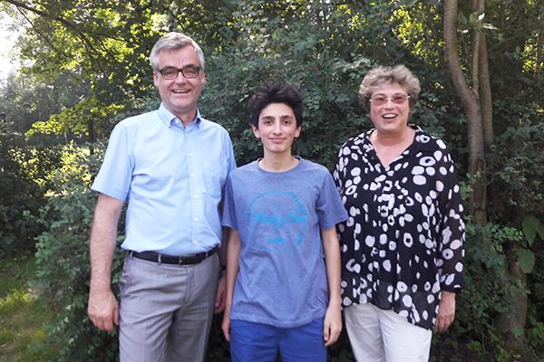 Milad Elias mit Vizepräsident Dr. Johann Weusmann und Oberkirchenrätin Barbara Rudolph.