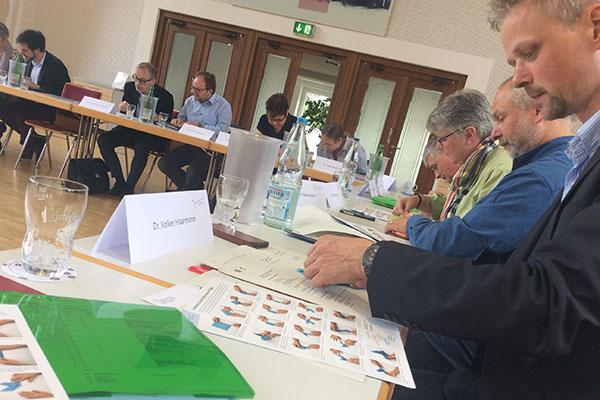 Der Reformation neu Flügel verleihen: Mitglieder des Theologischen Ausschusses falten Tauben, Symbole von Gottes Geist.