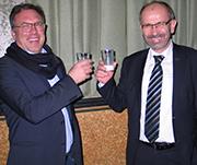Präses Manfred Rekowski kostet Milch mit Axel Dosch, Agrarsoziologe und Referent der Landjugendakademie Altenkirchen.
