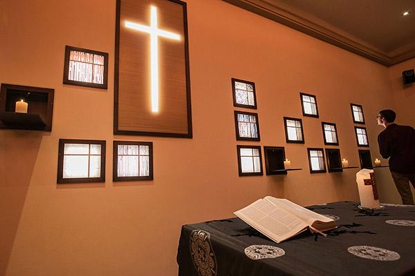 Die Atmosphäre im umgstalteten Saal der Evangelischen Studierendengemeinde in Bonn ist nun stimmig für das Feiern von Gottesdiensten.