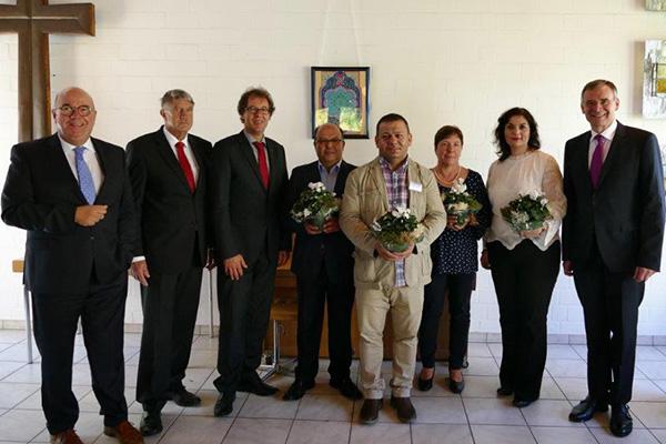 Sie setzen auf eine starke Hilfe für die Flüchtlingsarbeit: der Bürgermeister von Bergneustadt Wilfried Holberg (v.li.),  der stellvertretende Landrat Friedrich Wilke, der Wipperfürther Bürgermeister Michael von Rekowski, die Mitarbeitenden der Beratungss