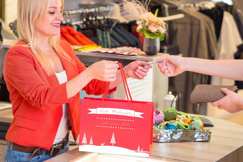 Shopping kurz vor der Bescherung? In NRW dürfen Lebensmittgeschäfte dieses Jahr an Heiligabend für vier Stunden öffnen. Einige Ketten haben das aber bereits ausgeschhlossen.