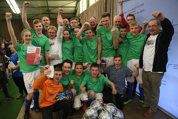 Freuen sich über ihren Sieg beim KonfiCup 2017: Das Team der Kirchengemeinde Idar.