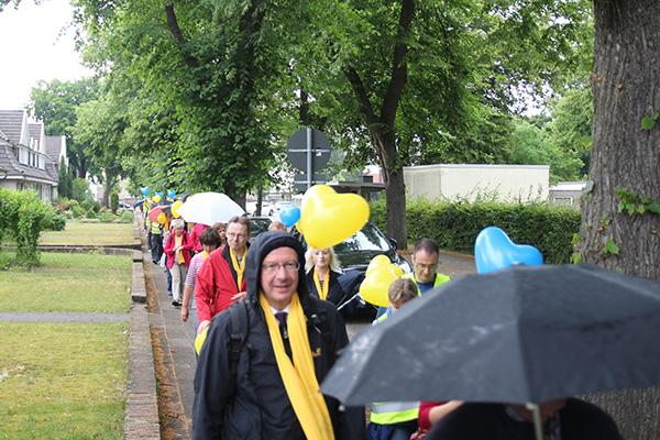 Pilgern von der Halde Rheinpreußen bis zur Stadtkirche in Moers. Mit dabei: Superintendent Wolfram Syben (vorne im Bild).
