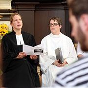 Pfarrerin Eva Gabra und Pastoralreferentin Astrid Jöxen