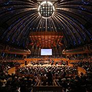"""400 Sängerinnen und Sänger präsentierten  Bachs Kirchenkantate """"Gott der Herr ist Sonn' und Schild"""" in der Düsseldorfer Tonhalle."""