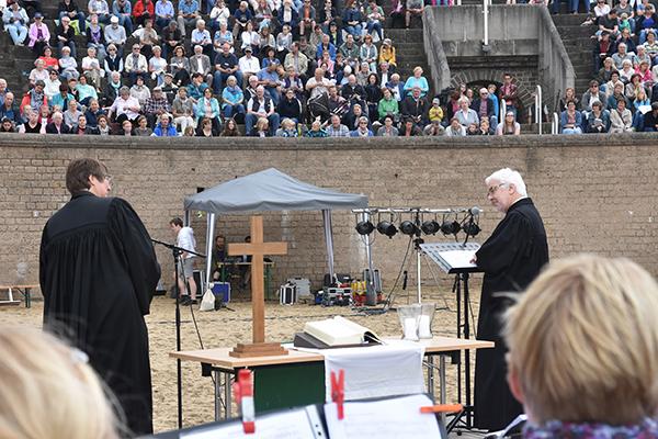 Beim Gottesdienst im Amphitheater des Archäologischen Parks in Xanten hielten Superintendent Hans-Joachim Wefers und Pfarrerin Irene Gierke eine Dialogpredigt.