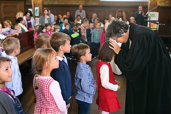 'Unterwegs in Gottes Welt' bietet auch Materialien für Schulgottesdienste.