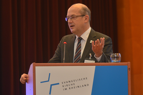 Oberkirchenrat Bernd Baucks hält vor der Landessynode den Finanzbericht.