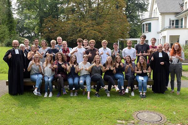 Gottes Segen für ihren Friedensdienst im Ausland erhielten die 21 jungen Frauen und Männer bei einem Gottesdienst im Hackhauser Hof in Sollingen.
