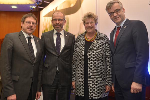 Die wiedergewählten hauptamtlichen Kirchenleitungsmitglieder mit Präses Manfred Rekowski.