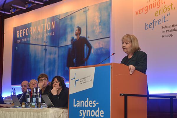 Dank für Willkommenskultur: NRW-Ministerpräsidentin vor der Landessynode 2017.