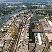 Allen Hafenbecken in Duisburg gehen auf den Rhein.