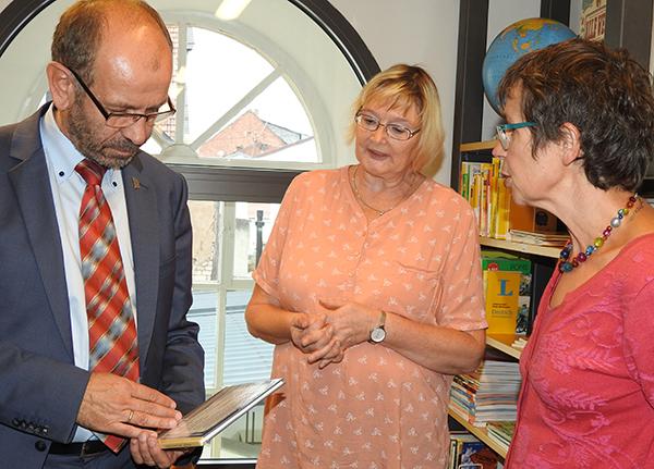 Buch im Blick: Präses Manfred Rekowski mit Elke Zedlitz und Pfarrerin Ulrike Scholtheis-Wenzel.
