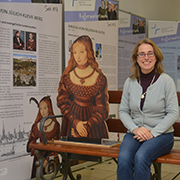 Mit der Figur der Sibylle von Jülich Kleve Berg: Theologin Irene Diller vor der Reformatorinnen-Ausstellung.