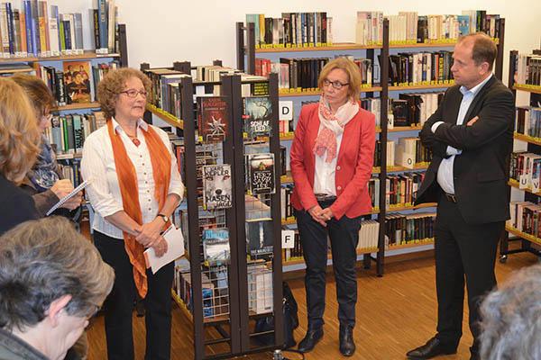 NRW-Integrationsminister Joachim Stamp (rechts) beim Besuch Besuch in der Bücherei der evangelischen Matthäikirche in Bonn.