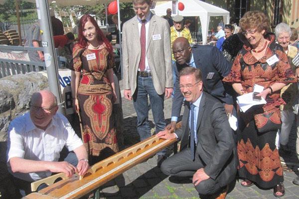 Landrat Wolfgang Schuster und Oberbürgermeister Wolfram Dette legen die ersten Holzteile bei der Aktion Brückenschlag auf der Alten Lahnbrücke.
