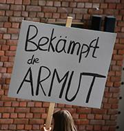 """Das Plakat """"Bekämpft die Armut"""" erinnert an die Vollversammlung 1975 in Nairobi."""