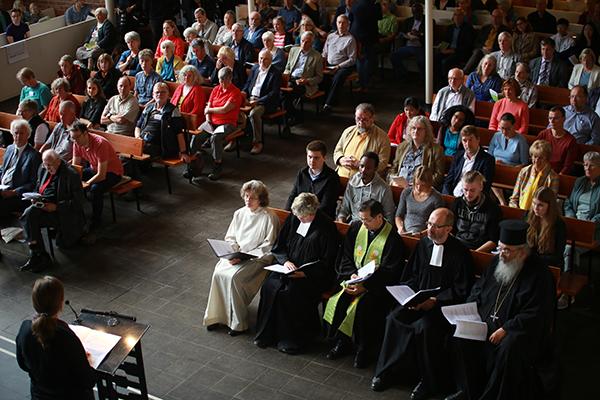 Geht doch! Der Gottesdienst zum ÖRK-Jubiläum und zur Aussendung der Klimapilger in der Bonner Lukaskirche ist gut besucht.