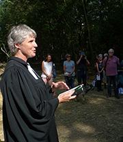 Pfarrerin Martje Mechels predigt beim Gottesdienst im Hambacher Forst.