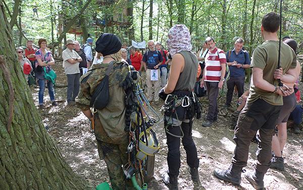 Begegnung im Hambacher Forst: Teilnehmende des Klimapilgerwegs im Gespräch mit Waldbewohnerinnen und Waldbewohnern.