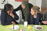 Namia Elby (Mitte) und Rania (rechts) machen der Irakerin Ashtar Mut, ihren Schulabschluss in Deutschland nachzuholen.